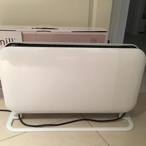 Fin el -varme -ovn til at stå på gulvet. Meget enkel i designet. Let at betjene. Måler 62x39x 8 cm (20cm med fodstøtten ) Har været brugt ganske få gange over 1/2 år i et sommerhus.  Konvektions varme Mærket er Mill og nypris 548kr stk Samlet pris 500kr for 2