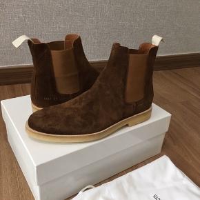 En af de absolut lækreste Chelsea boots på markedet! Størrelse 41, fitter en halv til en hel størrelse større. Er købt på Island, æske og dustbag medfølger! Som billederne viser er de stortset ubrugte, ny pris var 3300,- så tænker prisen er fair :-)