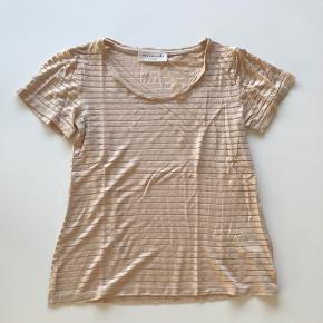 Fineste t-shirt fra Rosemunde 🌸  Bytter slet ikke!!  Skriv endelig hvis du har spørgsmål eller ønsker flere billeder 📩