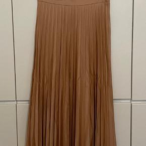 Zara woman pleated midi skirt. Pale pink. Size S. Excellent condition, never worn.