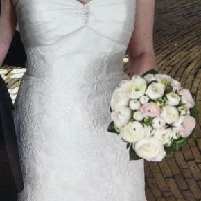 Varetype: Brudekjole Farve: Råhvid  Smukkeste kjole.   Str. 36/38  Bud ønskes