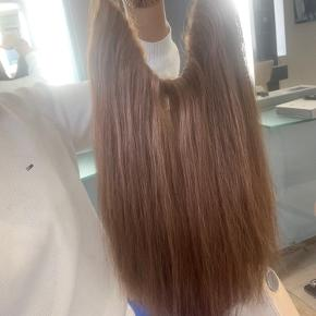 En nem måde at få Extensions på 💁🏽♀️ Et hairband er en fuld påsætning af extensions der sidder på et elastisk hårnet, som er hæftet med fiskesnører,  så snoren er usynlig, og ekstrem holdbar.  Jeg elsker ideen med mit hairband, men får det bare ikke brugt 🤦🏻♀️   Nypris,- 3200 Mindste pris,- 2800