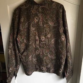 Vintage skjorte med flot mønster. Alle knapper er intakte og originale.