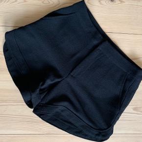 Fine sorte Vero Moda shorts i størrelse 34 Hvis du finder flere stykker tøj, du ønsker at købe, giver jeg gerne mængderabat :-)