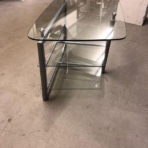 Flyttesalg, jeg flytter sammen med min kæreste og sælger derfor mange af mine større ting   Tv bord med to glas-hylder i god stand  Kom gerne med bud