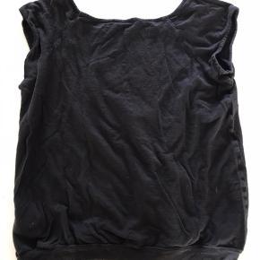 T-shirt - lille lomme på maven.  Mål skulder ned: 53 cm Mål over bryst: 45 cm gange 2