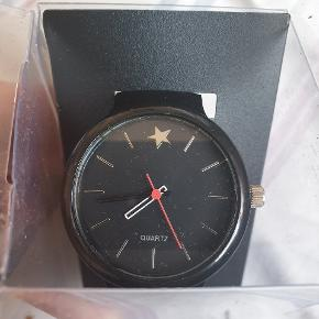 Pænt quartz ur fra Fashion - by Glitter . Har aldrig været brugt. Nypris 149