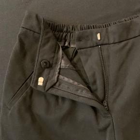 Sælger mine elastiske talje bukser, da jeg ikke får gået i dem mere. De er blevet gået i få gange.  Bukserne går under en str. M og er lidt korte i benene