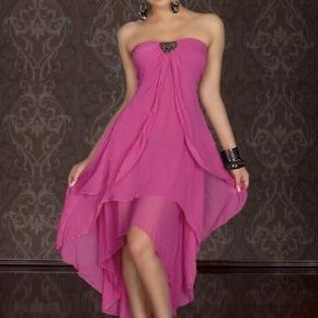 Brand: ZMG Varetype: 💚🌸💚Smuk sort chiffonkjole se beskrivelse og fotos Størrelse: Onesize (34-38) Farve: Sort  Billederne af den lyserøde kjole er modelbilleder, den sorte er den, som jeg sælger!  Flot lang kjole i en unik model. Hjertesmykke foran med et rustikt udseende. Elastik i overdelen, samt smock på ryggen, så kjolen er absolut nem at holde oppe, og samtidig er kjolen fleksibel i størrelsen, da den kan udvide sig en del på grund af smocken.  Underdelen er i dobbeltlag og i forskellige længder.  Kjolen er str. Onesize, som svarer til 34,36,38, kan dog også passes af en 40 (L)  Information: Størrelse: Onesize (34,36,38) Materialer: 95% Nylon, 5% Elasthan Mærke: ZMG  Info og mål: Længde inderst: 110cm Kjolen passes bedst af XS, S, M og (lille L) Har stretch kan udvides en del  Jeg sælger den for min datter, som har brugt den til skole galla, det er hende der har sin på på det sidste billede.  Den fejler ingenting!  Giv gerne et bud inkl porto :)