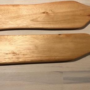 • tapas - pålægs eller ostefad  nr 1 62 cm lang  10 cm på det bredeste led   1,3 cm tyk  nr 2 63,5 cm lang   11 cm på det Bredeste led   1,3 cm tyk  træfadene er håndlavet, derfor  er prisen sat der efter. 125kr pr stk