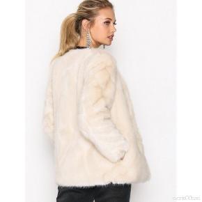 Helt ny, fra november fået i gave, købt på boozlet.com men ikke returneret i tide da det car en gave til min fødselsdag i december Meget flot, ligner hvid mink  Faux fur  Np 1700 kr