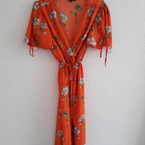 Smuk buksedragt fra asos af mærket Wednesday's girl 🌸 Er ca 110 cm lang, 40 cm fra skulder til talje. Benene stumper. Passes af en medium/38 🍀 Den har en lille plet bagpå det ene ben (se billede 4) men fejler ellers intet 🌱