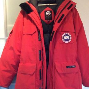 Super lækker og varm vinter jakke. Er kun brugt meget lidt, fremstår som ny.Nypris 6000