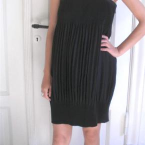 964e4b43640 Varetype: The little black dress sort kjole med plisseringer plisseret kjole  fest Farve: sort. Ganni Kjole