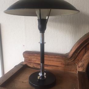 Lampen har brugsspor dog ubetydelige. Den lyser og er virkelig skøn og sjælden. Vurderet hos Laurids og er gennemset der.