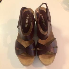 Cream sandaler.