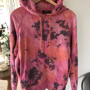 Super skøn hoodie batik tiedye fra Rabens Saloner i samarbejde med Shamballa Jewels for støtte til dansk Røde Kors 2018. Vasket en enkelt gang. Super cool. Se også mine over 100 andre skønne annoncer 🌸