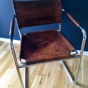 Admiral stol. Designet af Karin Mobring. Sæde og ryg af kernelæder og stel af forkromet metal. Flot patineret