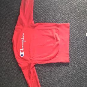 Hej jeg sælger denne røde champion sweatshirt for min lillebror da han ikke kan passe den mere. Han har passet godt på den så der er ingen tegn på slid.   Sender gerne