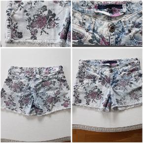 Fede Bershka denim shorts med blomster. Masser af detaljer og gode lommer. Taljemål: 83 cm (lav talje)