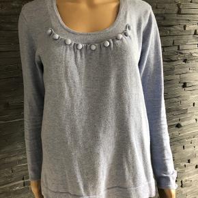 Skøn bluse i pragtfuld lyseblå farve.  Bryst 100 cm Længde 65 cm  85% bomuld  15% uld