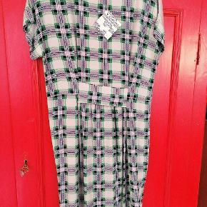 Superfin kjole i grøne nuancer med sølv bagpå. Fin detalje foran. Str. 40. Ubrugt med mærke på. Kan også bruges som tunika. Sælges da sølv desværre  ikke klæder mig. Viskose, silke & lurex. Jeg sender gerne...