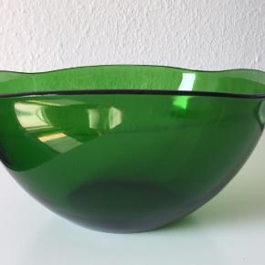 Meget skøn, stor Retro glasskål i en dejlig varm grøn farve   Mål: 24 x 24 cm og 12 cm høj  Farve: Grøn  Producent: Vereco / Frankring   Kan sendes mod betaling