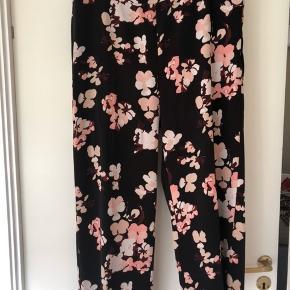 """Super skønne Zhen Culotte bukser fra InWear med lynlås i siden. Sort bundfarve med de smukkeste Rosa nuancer af blomster. Giver en meget flot figur og """"bagdel"""" 🤗 Nypris kr. 900,- Sælges for kr. 200,- + fragt eller afhentet Odense S"""