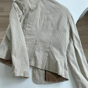 Brand: Merona Varetype: Blazer Farve: Beige  Sidder rigtig pænt. Og passer på til kjole og bukser. Den kan afhentes ved Nordhavn st. Tlf 42422704