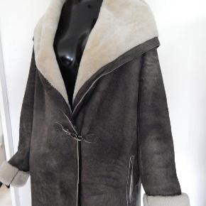 Levinsky Frakke 44, grå lammeskind, frakken er med hætte og to hægter, er brugt, men stand i meget find stand. De luxe frakke fra Levinsky, kollektion 2016/17, købspris kr 7,500