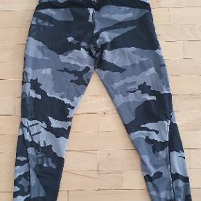 Better Bodies grå camo tights.  Str. Medium..  Nypris 800,-
