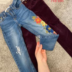 Meget fine jeans, brugt kun et par gange, de blå er fra zara. Sælges samlet.