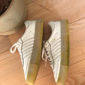 Hvide sambarose sneakers fra puma. Har taget farve på sålen fra græs, men fejler ellers ingenting.