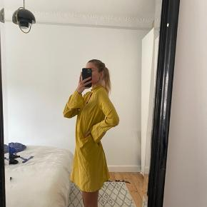 Sennepsgul silke kjole med tilhørende underkjole. Lynlås i nakken. Brugt få gange🌼
