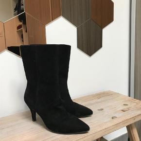 Varetype: Støvler Farve: Sort Køber betaler fragt  Sendes med DAO