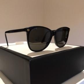 Super flotte Gucci solbriller, sælges da jeg ikke bruger dem.  Np: 1820kr  Model: GG0024S  Har få brugsspor, hvorfor den billige pris😎