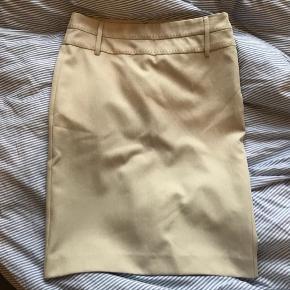Så flot nederdel fra mango🌟 Den man holder på ved lynlåsen er brækket af, men den kan stadig godt lynes🌷 Farven svarer til andet billede