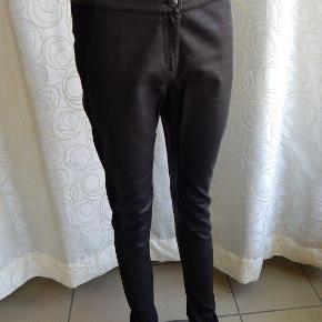 SAND buks jeggings 38 (36) er stor i str, se mål. Buksen er kun brugt 1-2 gange, stort det som nye, er i kombi stretch stof & læder. Mål: Liv 80 cm, inseam 82 cm
