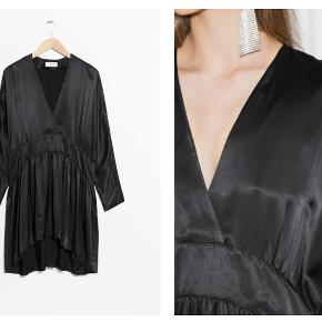100% Viscose Elegant satin shapes this oversized dress defined by its dropped shoulders and deep v-neck. Long sleeves Wrap v-neck Longer back