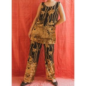 A super comfy yet stylish set for the bigger girls!  They are from the brand Vera Mont, I love the fabric with brown/gulden flowers on.  Size L/XL. Chest about 98cm, waist 74-80cm with the elastic band.  54% poly, 46% viscose. Lining on the pants is 100% acetate.(The top is see-through.) Please visit our website redvintage.dk for direct and easy purchase:) We upload new collections of vintage/retro every Thursday. Free shipping for purchase over 500dkk on the website.