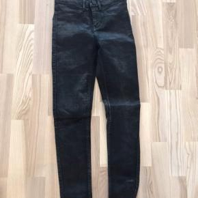 2nd Day Jolie skinny jeans, sort-grå, 25, næsten som nye.  Jeg har også mange andre jeans fra Day i nogenlunde samme størrelse til salg :)  Se også mine mange andre annoncer med lækre mærkevarer, vintage og andre fine ting til gode priser. Der er ekstra gode priser, hvis du køber flere af mine varer :)  Varen er i Blovstrød på Nordsjælland.
