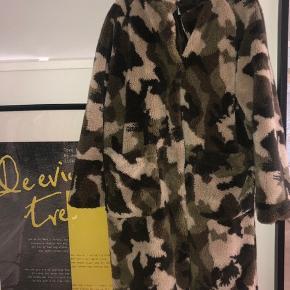 Jeg sælger denne jakke fra envii i en størrelse small. Den er højst brugt 2 gange, og derfor i rigtig god stand 🌸 byd!