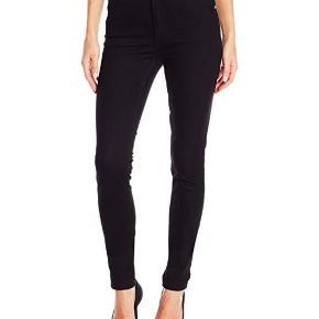 """Varetype: Højtaljede jeans Størrelse: 25""""/32"""" Farve: Sort Oprindelig købspris: 400 kr.  Højtaljede jeans med """"skinny"""" ben. Model: Second Skin New Black (0101980) Størrelse: 25""""/32"""" Farve: Sort  99 % bomuld, 1 % elastan IKKE STRETCHY  Sælges, fordi de er for små."""