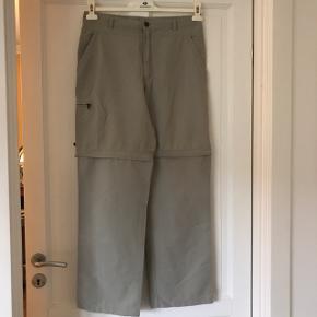 Bukser i meget flot stand. Har lynlås ved knæene, så de kan gøres til shorts. Vil mene de er unisex. Kan sendes eller hentes i Gladsaxe.