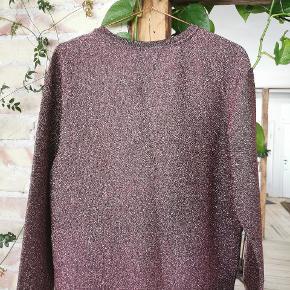 H&M bluse med pink glitter (lidt svært at fange ordentlig på billederne) samt insekt med sten og perler.  Str. XS.   Stand: Næsten som ny. Brugt 2 gange.   Pris: 75kr.   Skal hentes på Nørrebro / mødes på Nørreport ellers kommer forsendelse med DAO oveni.  #30dayssellout