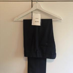 Acne Studios suit-bukser str. 44 Brugt få gange, meget pæn stand Farve: navy, mørkeblå  Nypris: 1995kr