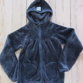 Blød og lækker Pompdelux fleece med hætte og lynlås, str. 134-140. Sælges for 100 kr. pp, men KUN via Mobilepay.