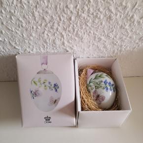 Udgået påskeæg fra Royal Copenhagen. Der er tale om ægget, Pink Butterfly, af Spring Collection 2017. I original æske hvor det ligger i en redde + snor til ophæng. Fejler intet, da det aldrig har været brugt, har ligget i æsken siden køb.  ▪️Sender gerne med dao fra 38 kr ▪️Fra dyrefrit og røgfri hjem  ▪️Returnerer ikke  ▪️Indpakkes forsvarligt ved afsendelse