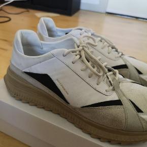 En størrelse 45, brugt men ikke til at se når de er vasket udover agletter på begge sko er mindre misfarvede Nypris 1300