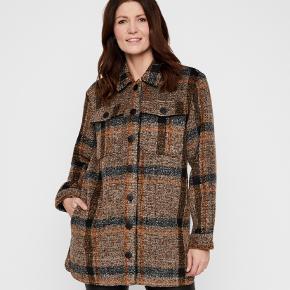 Fed skjortejakke, perfekt til efteråret ✨ 100% polyester. Brugt 2 gange. Nypris 799 kr.